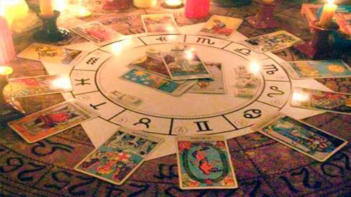 cartas del tarot dispuestas en mesa esotérica