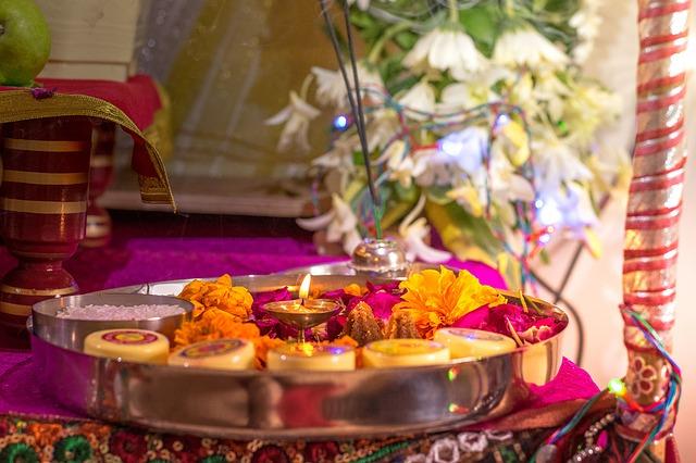 mesa con velas y flores para rituales