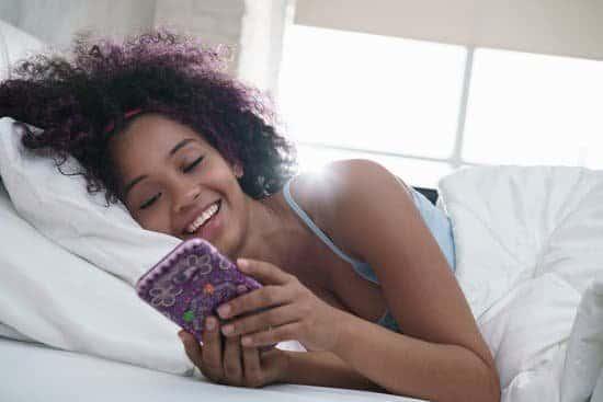 imagen mujer en la cama con whatsapp